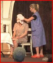 Theater A la Carte Verzorgend wassen Schoonmaakster doet persoonlijke zorg